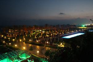 Nachtansicht vom Relax-Pool aus