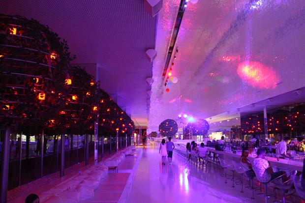 Die längste Bar der Welt mit der größten Spiegeldecke der Welt