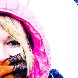 Ein glückliches Einhorn im Schnee
